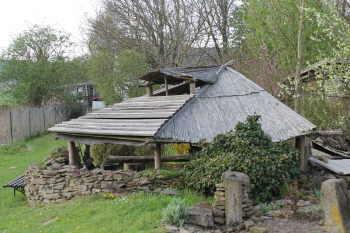 Feuerstelle mit dach fuer ein lagerfeuer im garten for Feuerstelle garten mit pflanzkübel außen beton
