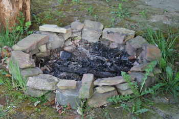 Feuerstelle mit dach fuer ein lagerfeuer im garten for Feuerstelle garten mit bonsai schale rund